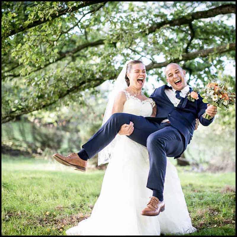 Bruden bæres over dørstokken