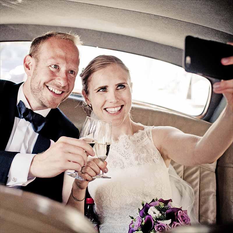 Skyss fra kirken til bryllupsfesten for brudepar og gjester