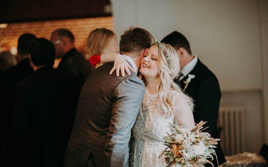Fotografering af følelsesladede øjeblikke med forældre ved brylluppet