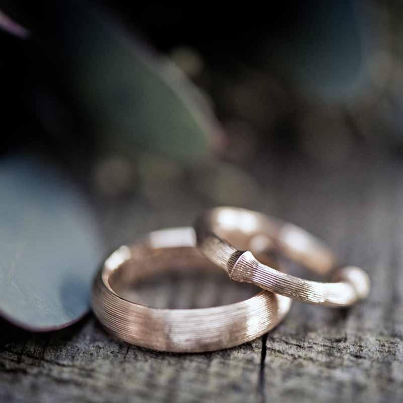 2. Overvej at købe din forlovelsesring og jeres vielsesringe samtidig